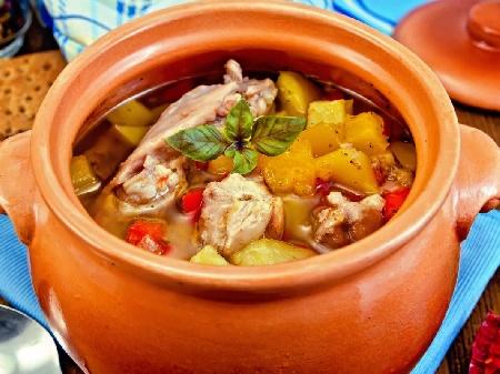 Печено пилешко филе в глинено гювече или гърне с гъби, картофи и къри на фурна - снимка на рецептата